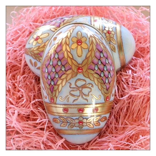 "Russian Style Flower Garlands Metal Easter Egg Tin ~ 4-1/4"" tall"